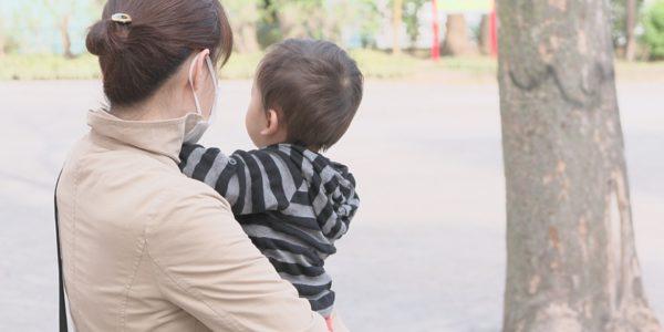 会社を出て、保育園に預けた子供を迎えに行った母。