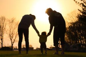 子供の手を引く両親