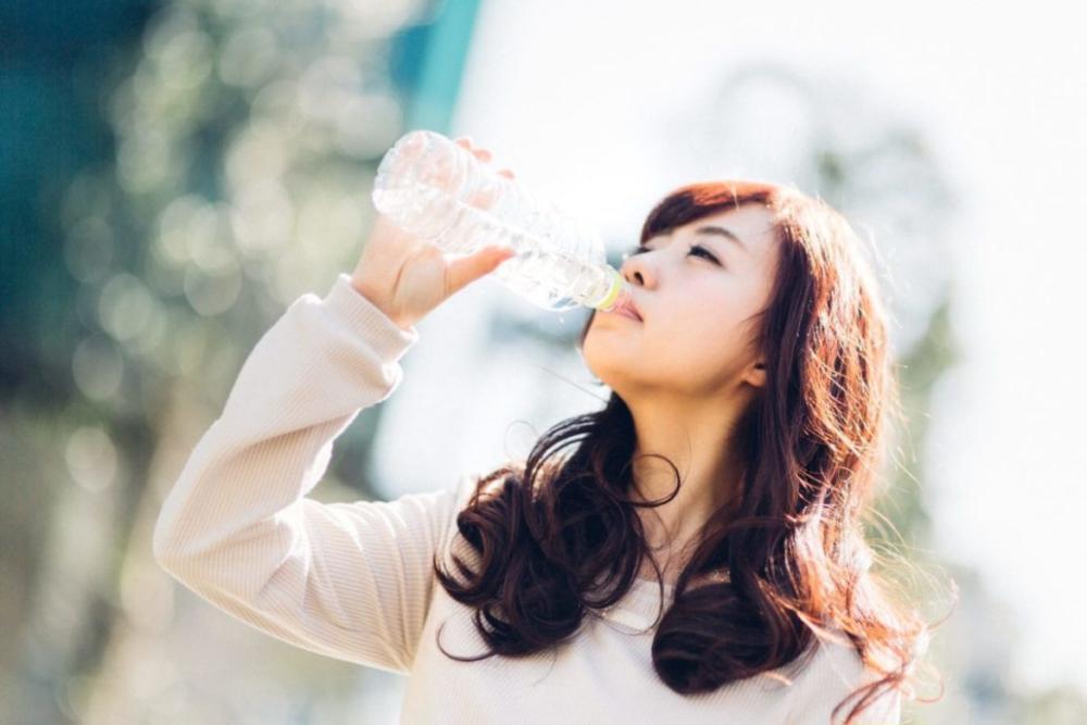 熱中症対策中の女性