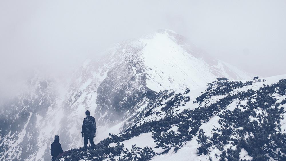 霞がかる山、または高い目標